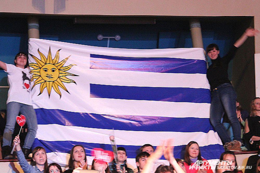 Во время концерта фанаты развернули флаг России и флаг Уругвая, чему певица была очень рада.