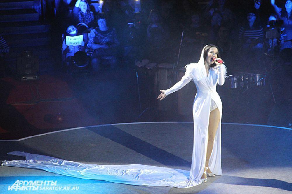 В белом костюме с длинным шлейфом Наталия исполнила свои самые романтичные песни.