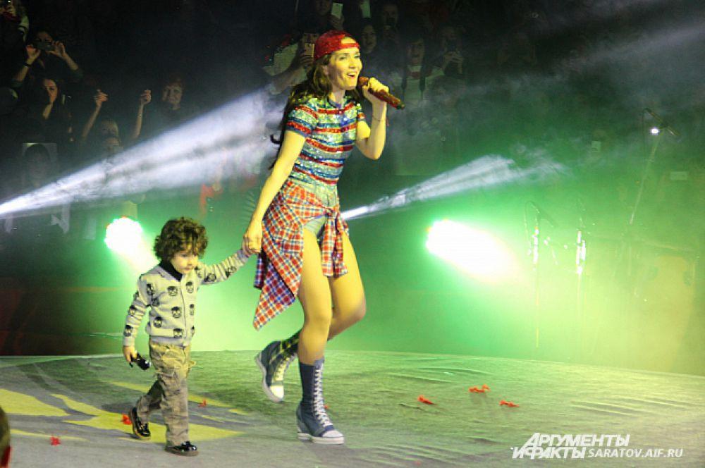 Как призналась сама актриса, её 3-летний сын выходит на сцену не в каждом городе и только по собственному желанию.