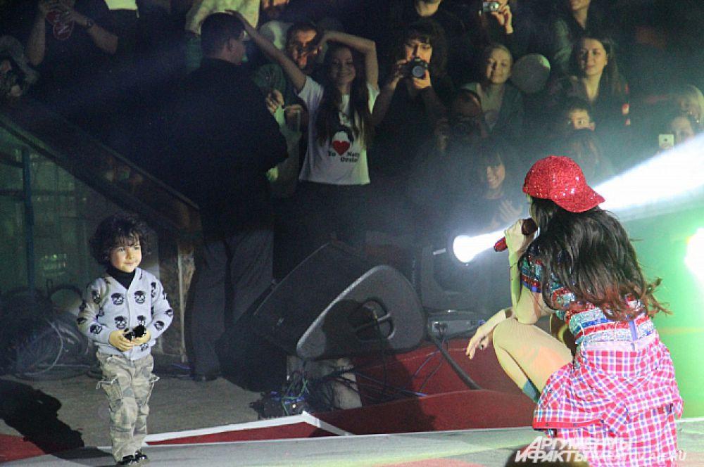 В финале концерта к Наталии Орейро на сцену вышел её сын Мерлин.