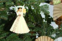 Украшения в виде ангела всегда уместно смотрятся на елках.