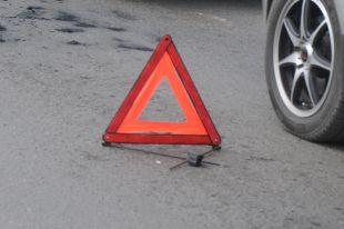 Три автомобиля столкнулись на трассе под Омском