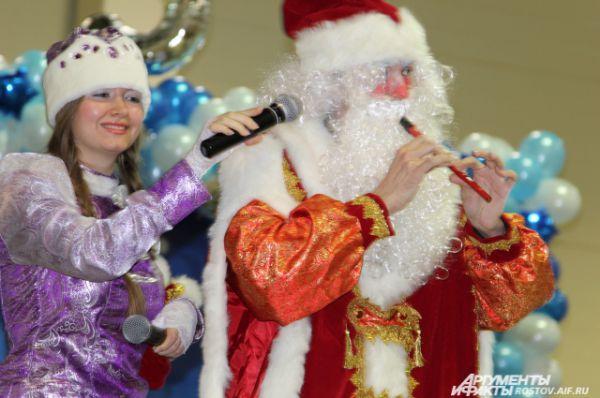 Среди участников конкурса есть и профессиональные ведущие, и люди, для которых выступление в роли Деда Мороза или Снегурочки - хобби.