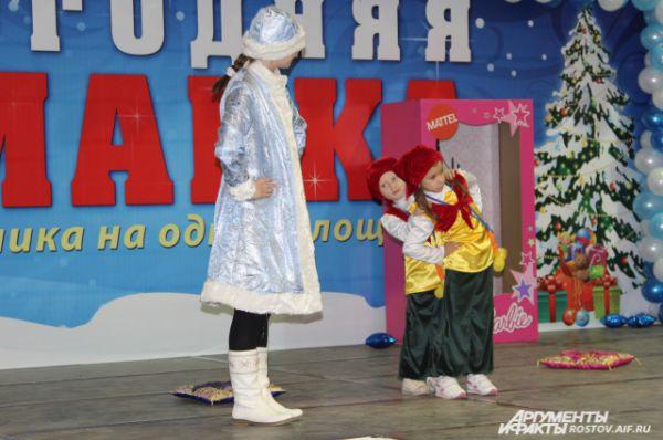 Танец гномов настолько понравился детворе, что одна маленькая зрительница предложила Снегурочке подарок - мягкую игрушку.
