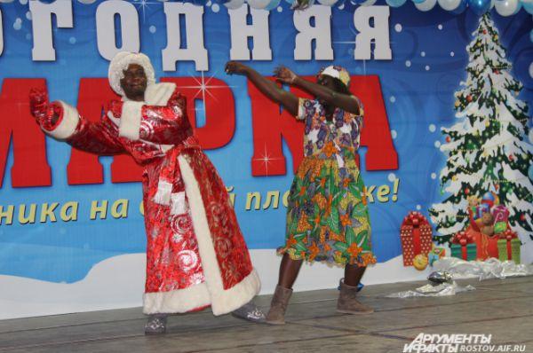 Дед Мороз и Снегурочка из далекой африканской страны Чад придали празднику экзотичность.
