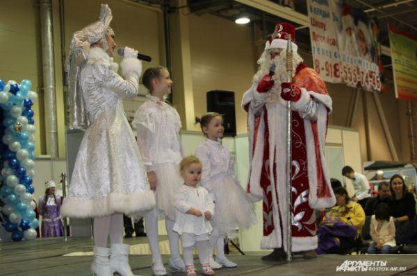 Семейная пара Девятовых с тремя дочками-«снежинками», пожалуй, стали и самыми красивыми Дедом Морозом и Снегурочкой.