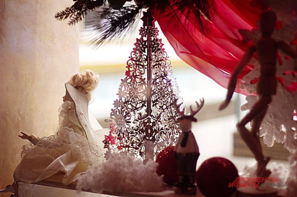 ... и на каждой витрине магазинов их ждёт маленький праздничный сюрприз