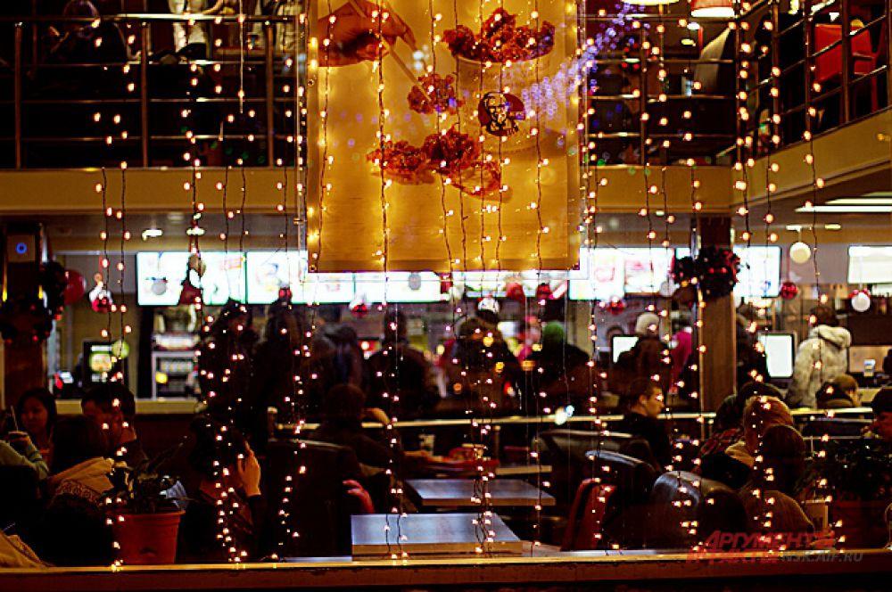 Новый год повсюду. И в кафе, и на работе.