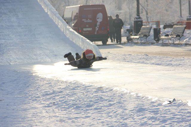 Катание с горки - одна из любимейших зимних забав.