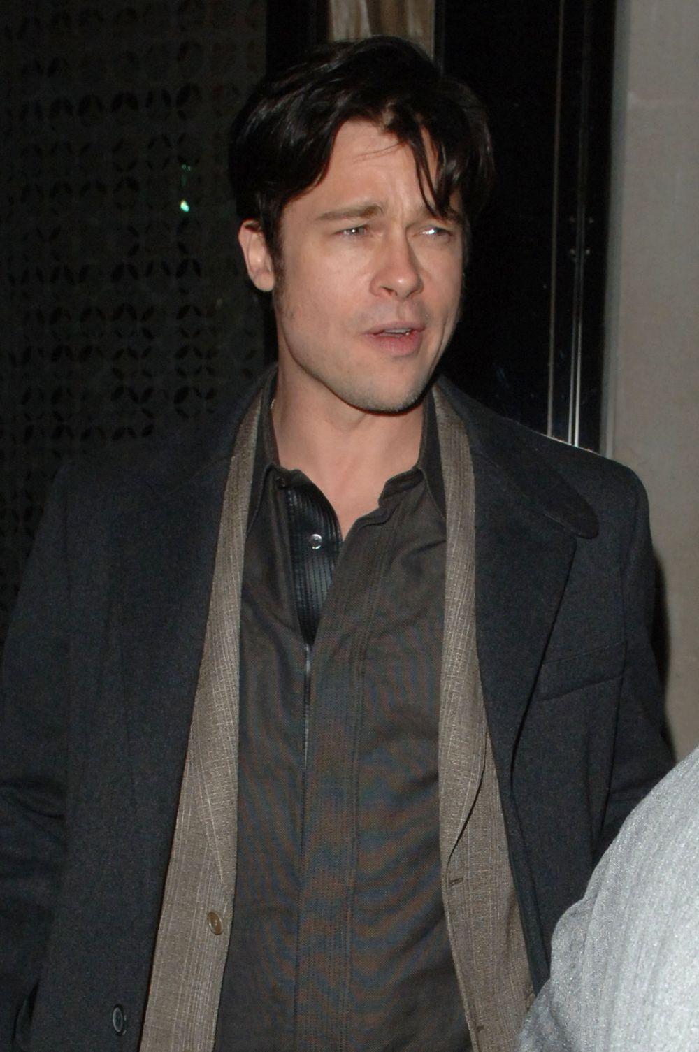 2006 год. Журналисты поджидают Брэда Питта у выхода из ресторана, где он ужинал с Джейми Оливером, Мадонной и Гаем Ричи