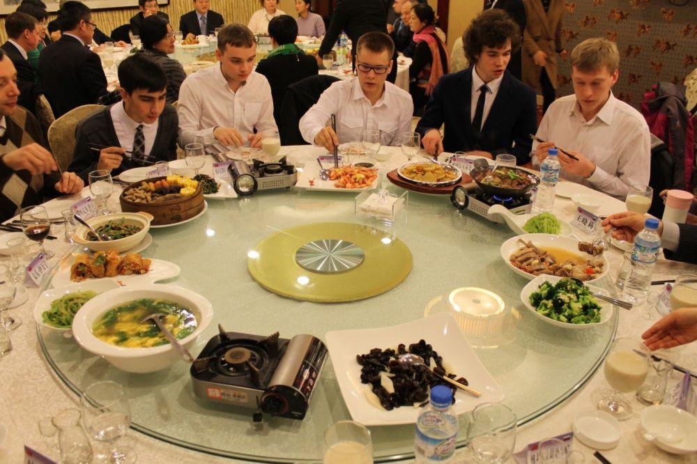 Капелланов поселили в отель бизнес-класса, в их честь устраивались банкеты с участием губернатора провинции Анхой, зам. министра культуры Китая, российского консула, мэра города Хэфэя.