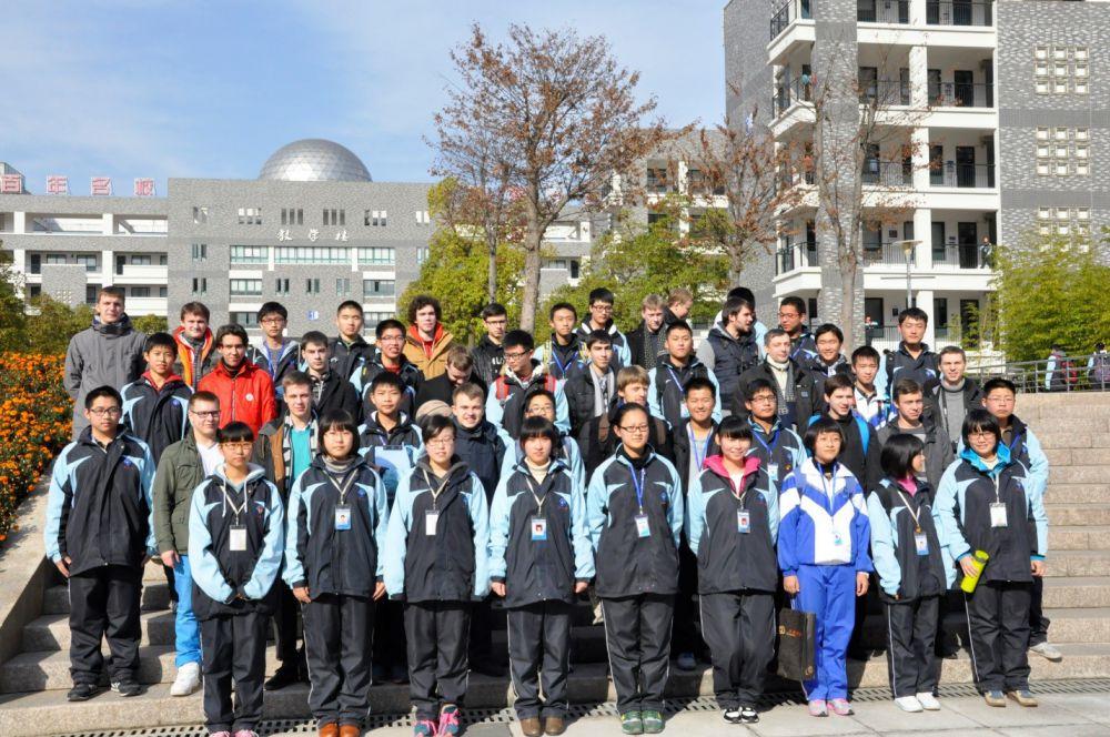 Все школьники ходят в одинаковой форме, больше похожей на спортивную. Пермские хористы на целый день отправились в семьи своих китайских сверстников. На снимке каждый капеллан стоит рядом со своим названным китайским братом.