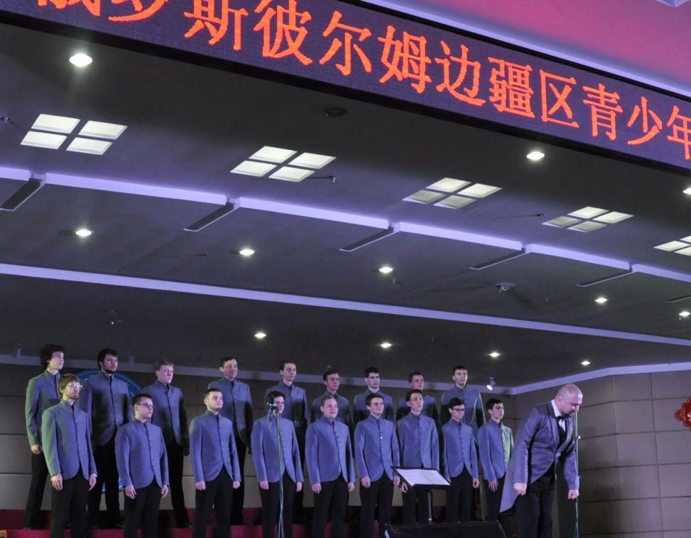 Один из лучших концертных коллективов края, хор юношей Пермской хоровой капеллы, вернулся из гастрольной поездки по Китаю триумфатором. Публика аплодировала пермским капелланам стоя.