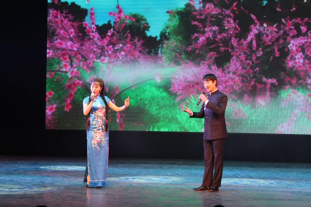 – У китайцев по-другому устроен голосовой аппарат, у них не бывает низких голосов. Мы  не смогли бы воспроизвести «ультразвук», на котором строится древнее оперное искусство Китая, - продолжает Дмитрий Батин.