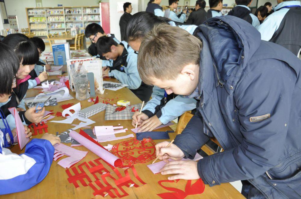 Пермские хористы приняли участие в мастер-классах по китайской каллиграфии и оригами. Программа фестиваля была насыщенной и яркой.
