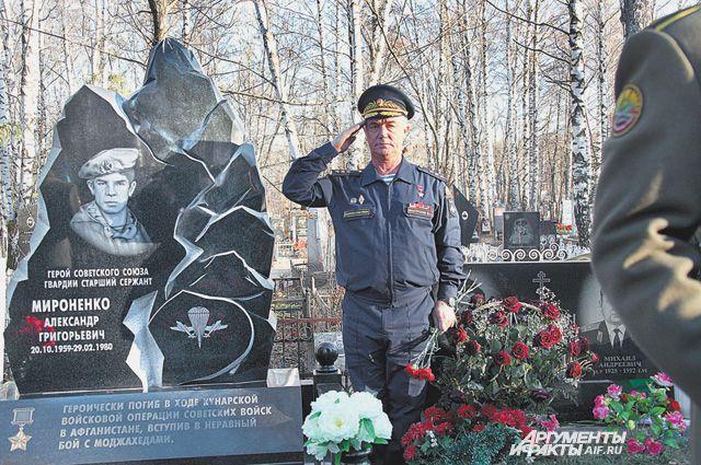 В почётном карауле ветеран боевых действий в Афганистане, Герой Советского Союза, генерал-полковник, председатель «Союза десантников России» Валерий Востротин.