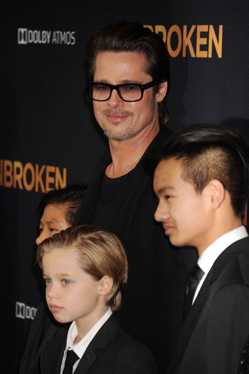 2014 год. Брэд Питт на премьере фильма «Несломленный» вместе со своими детьми (Лос-Анджелес, США)