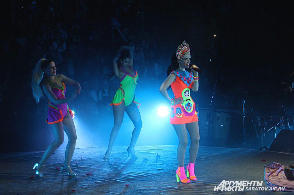Как Наталья готовится к выступлению в костюме матрешки, показали на экране.
