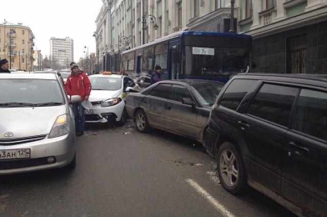Автобус врезался во впереди стоящие автомобили.