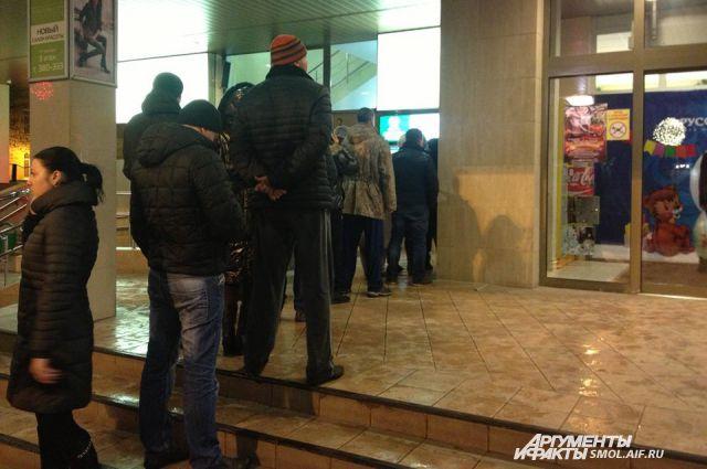 Новосибирцы массово снимают наличные в банкоматах