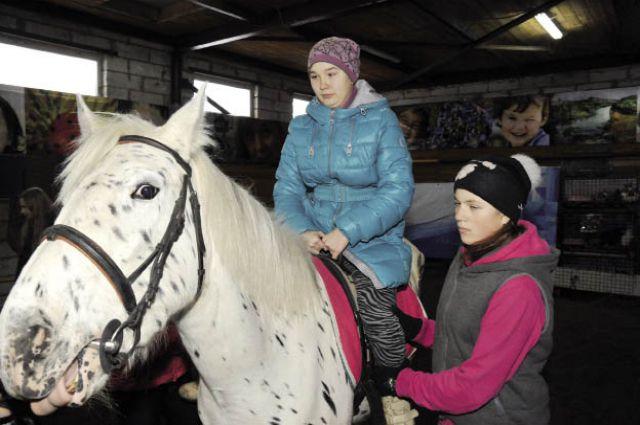 У Эльвины Рамазановой, страдающей ДЦП, после занятий на лошадях выправилась осанка, улучшилась координация движений.