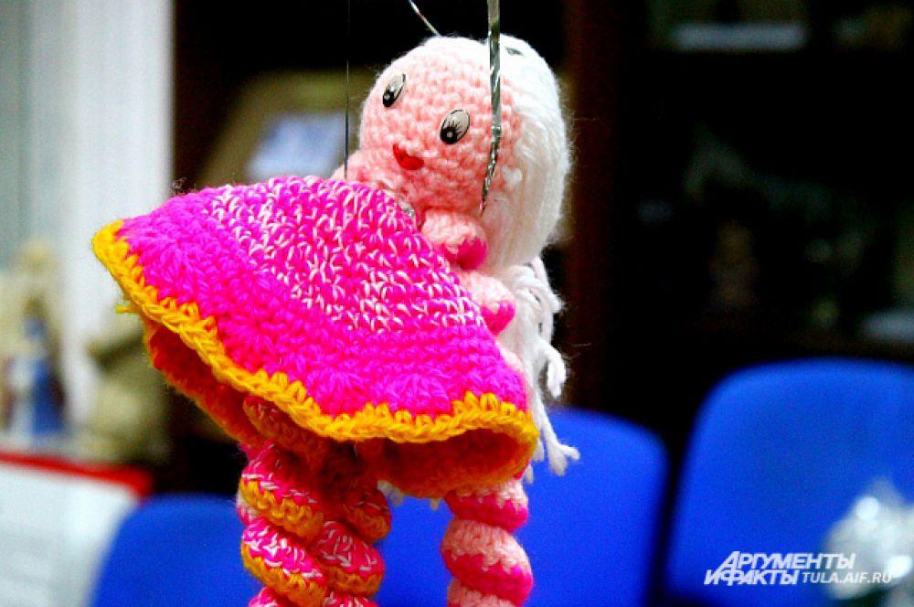 Так же елочные игрушки приносят посетители, которые делали своими руками.