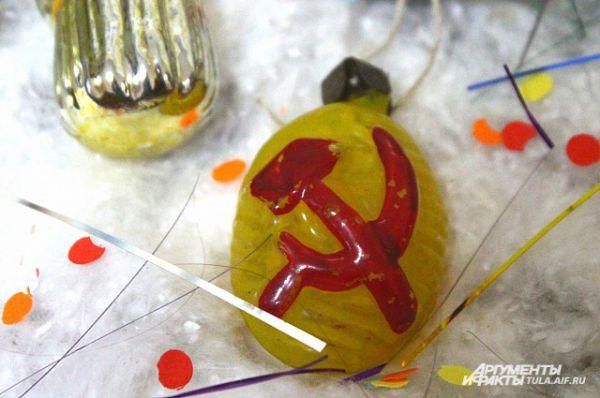 Тут можно встретить игрушки с советской символикой.