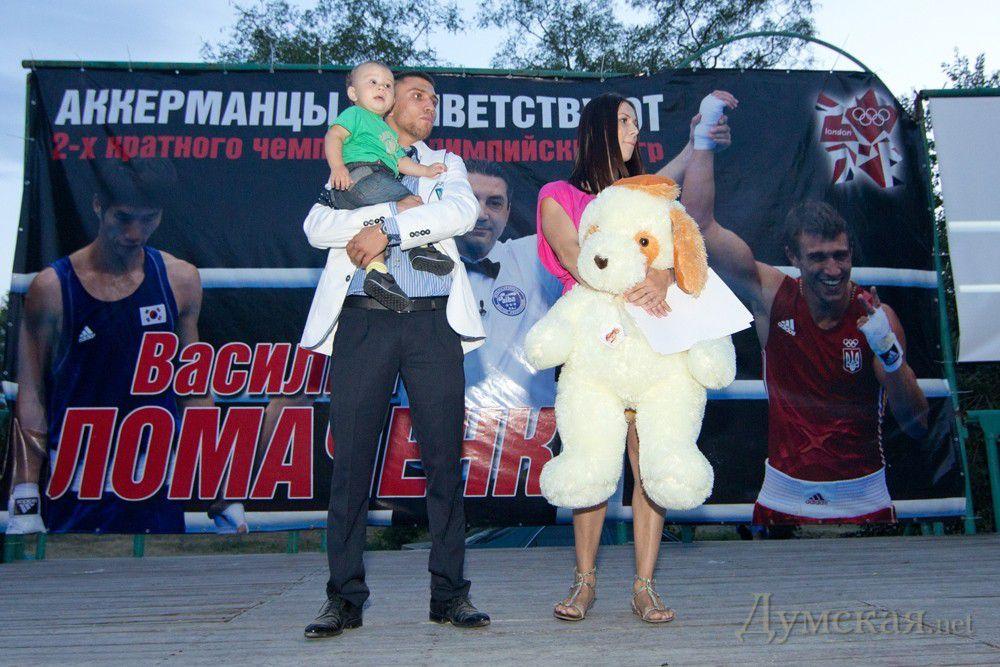 Василий Ломаченко с женой Еленой и сыном Анатолием