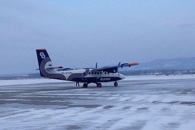 Самолёт DHC-6 TwinOtter 400 выруливает на взлётную полосу.