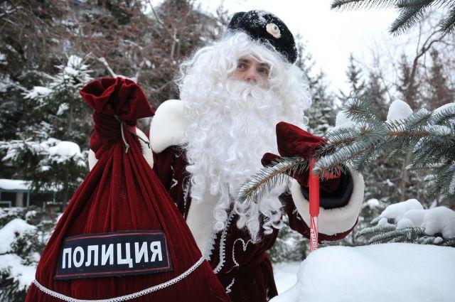 Полицейский Дед Мороз спешит в гости.