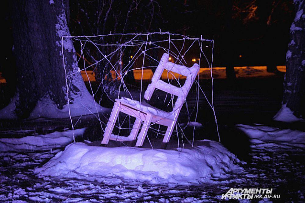заснеженный стул привлек большое внимание зрителей.