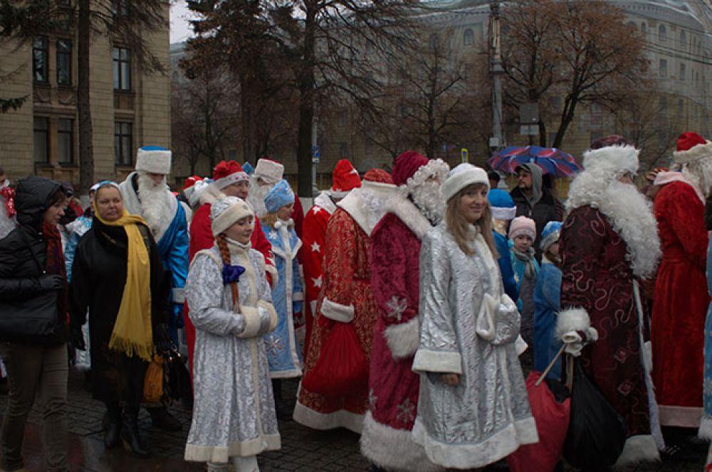 Парад Дедов Морозов стал неотъемлемой частью праздников в России.
