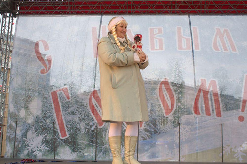 Радость для детишек – фото с такими разными Морозами и Снегурочками.