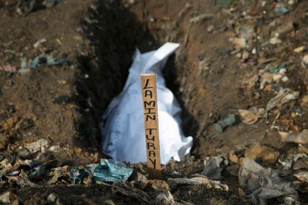 В ВОЗ, что около 20 процентов всех случаев заражения происходит во время погребений, когда родственники умерших, по традиции, трогают или омывают тела.