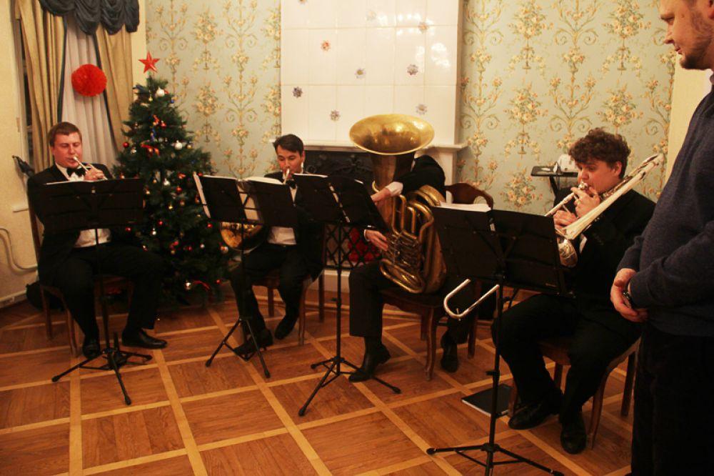Весь вечер исполнял разнообразную музыку ансамбль духовых инструментов «Street Brass»