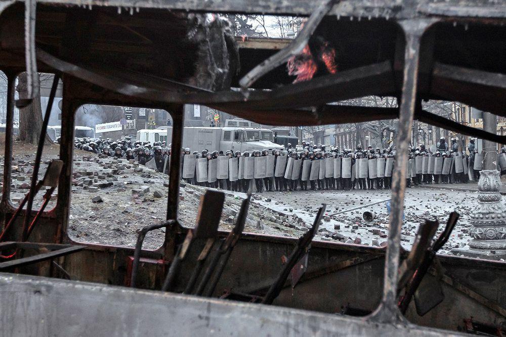 Солдаты внутренних войск Украины и бойцы спецподразделения «Беркут».