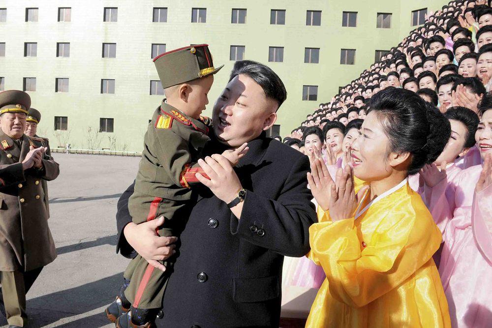 Ким Чен Ын с семьями солдат Корейской народной армии.