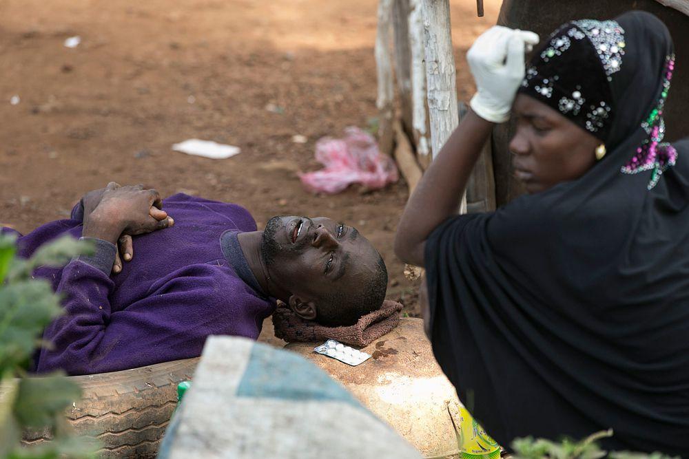 Жена рядом с мкжем, который заражен вирусом Эбола.