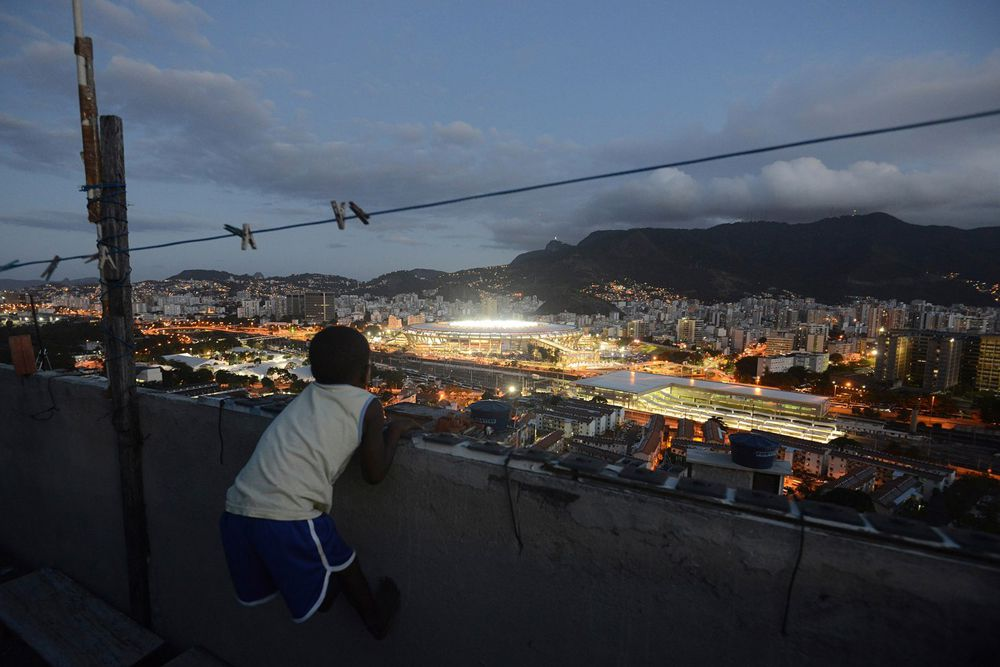 Вид на стадион «Маракана» из фавел Рио-де-Жанейро во время финального матча чемпионата мира по футболу между Аргентиной и Германией.