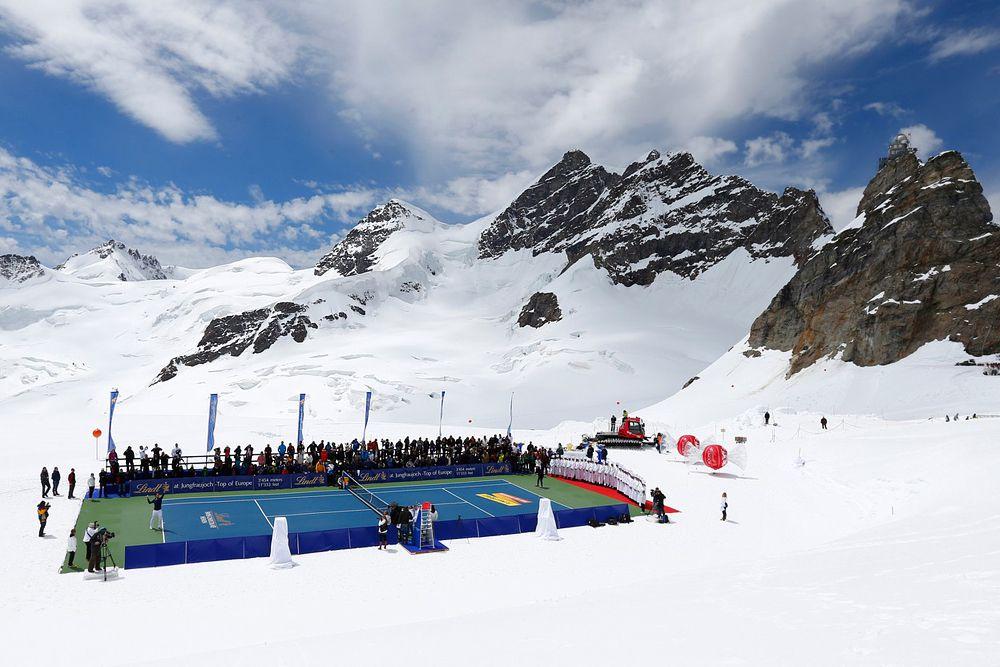 Теннисный матч между третьей ракеткой мира Роджером Федерером и олимпийской чемпионкой 2010 года в скоростном спуске Линдси Вонн на самом большом альпийском леднике Алеч. Высота – 3475 метров над уровнем моря.