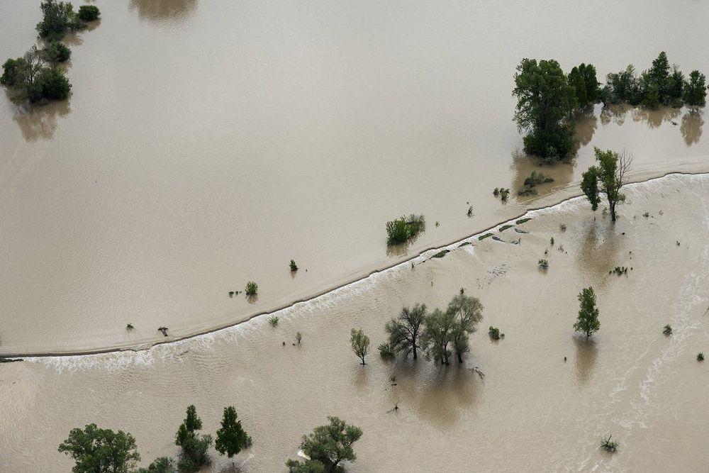 Дорога, затопленная вышедшей из берегов рекой Катунь, в Майминском районе Республики Алтай.