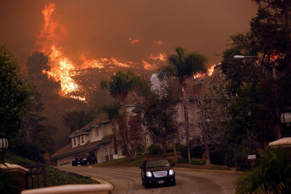 Лесной пожар неподалеку от калифорнийского города Глендора, который возник по неосторожности людей.