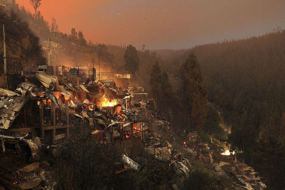 Лесной пожар в Вальпараисо, Чили. Пожар уничтожил 2 000 домов, погибли 12 человек.