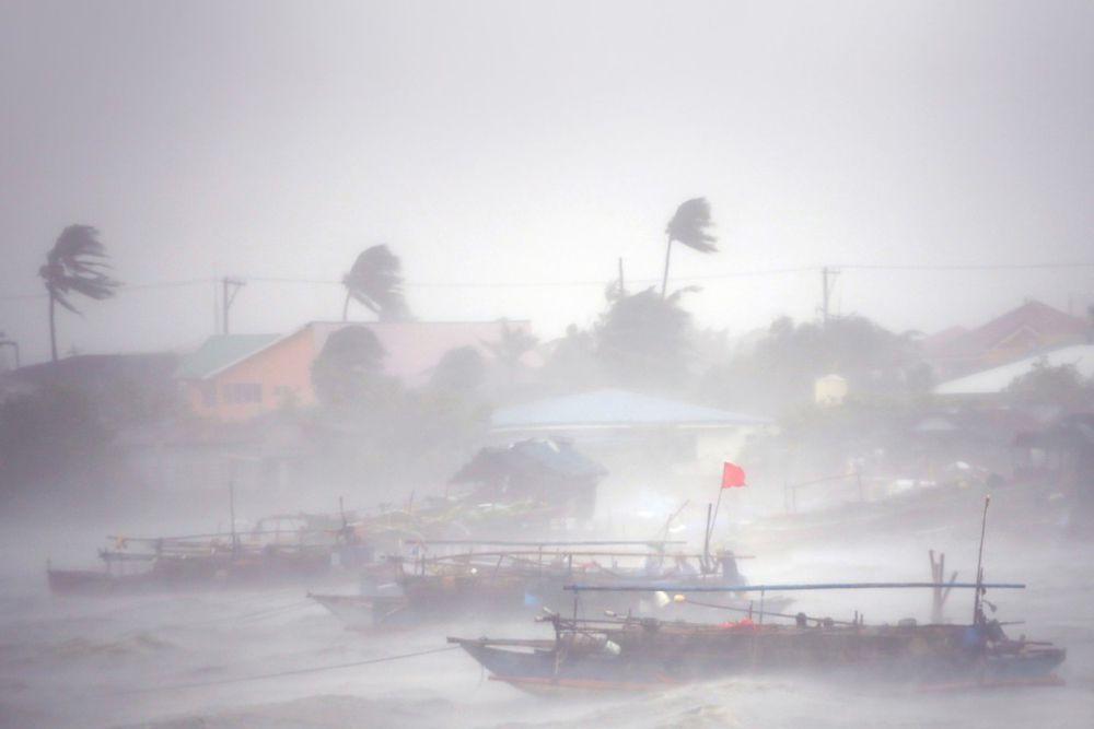 Рыбацкие лодки во время урагана «Раммасун», город Имус, провинция Кавите, Филиппины.