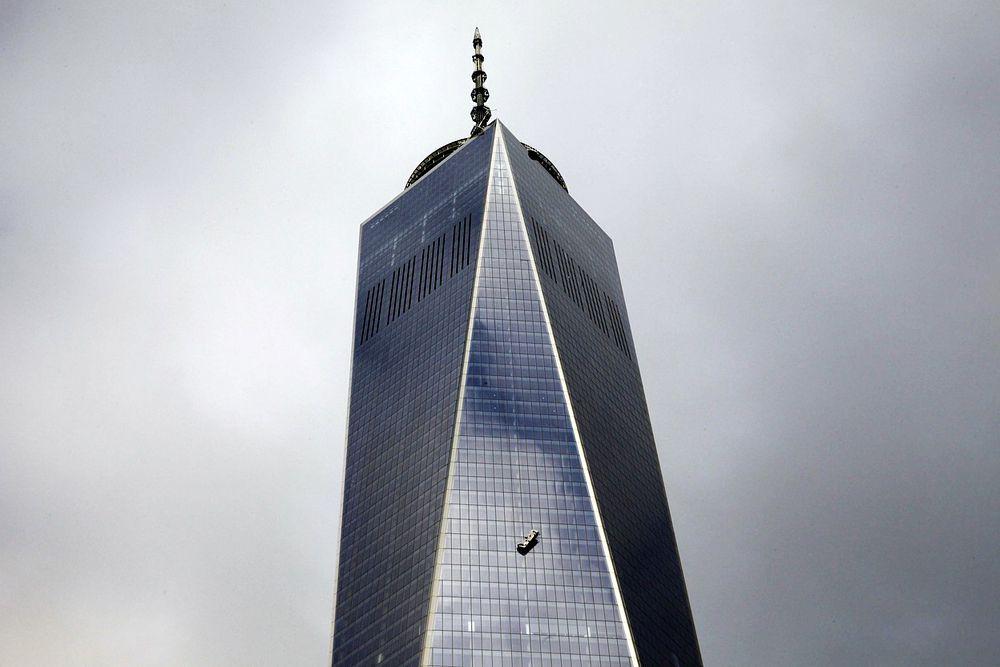 Сломанная строительная подвесная люлька с мойщиками окон, застрявшая на уровне 50-го этажа Всемирного торгового центра 1 в Нью-Йорке. Рабочие находились там в течение двух часов, пока их не спасли пожарные.