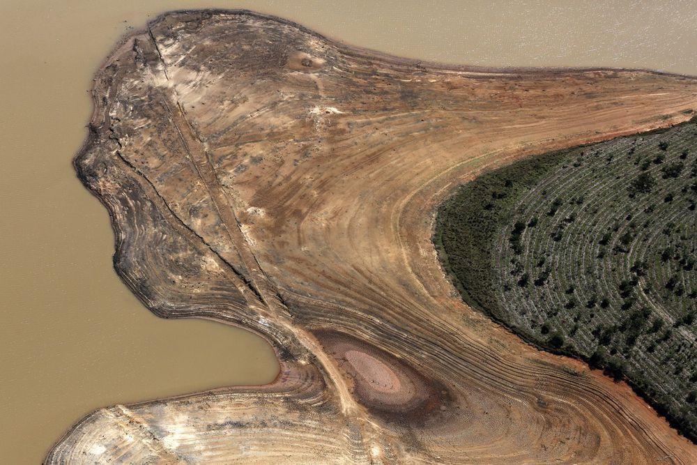 Берег бразильского водохранилища Кантарейра во время засухи. Запасы одного из крупнейших источников воды для многомиллионного Сан-Паулу могут иссякнуть уже к февралю 2015 года, если в ближайшее время не начнется сезон дождей.