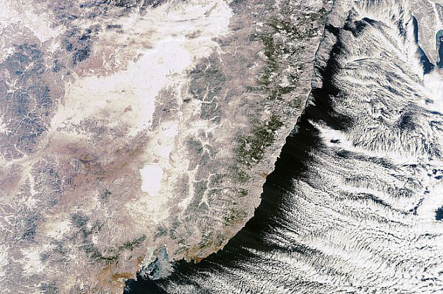 Зимний вид Приморья из космоса. Справа - море, слева - суша.