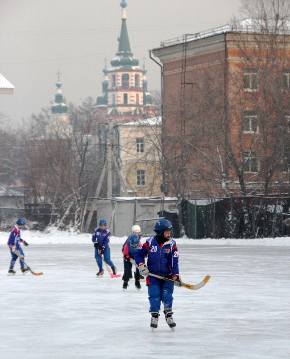 Сюда спешат и фигуристы и хоккеисты.