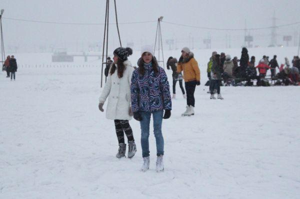 Так выглядит народный каток у ледокола Ангара. Снег здесь убирается редко.