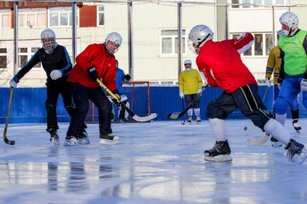 Днем здесь занимаются хоккеисты разных возрастов.